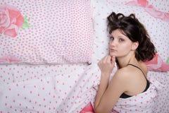 Chica joven frustrada en cama Imágenes de archivo libres de regalías