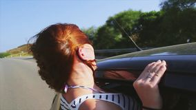 Chica joven fuera de la ventana abierta de conducir el coche Pelo de la onda de viento Sonrisa traveling Viaje Día asoleado metrajes