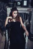 Chica joven gótica en vestido negro elegante Fotografía de archivo