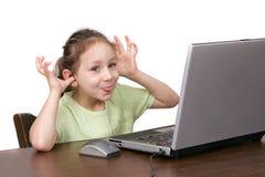 Chica joven goofing en el ordenador foto de archivo