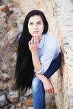 Chica joven hermosa cerca de una pared con la pintada Imagenes de archivo