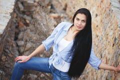 Chica joven hermosa cerca de una pared con la pintada Fotografía de archivo libre de regalías