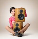 Chica joven hermosa con dos altavoces Fotos de archivo