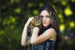 Chica joven hermosa con el búho Imagen de archivo