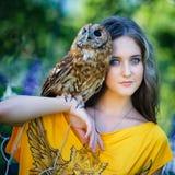 Chica joven hermosa con el búho Fotos de archivo libres de regalías