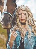 Chica joven hermosa con el caballo marrón Foto de archivo libre de regalías