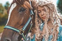 Chica joven hermosa con el caballo marrón Fotografía de archivo libre de regalías