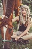 Chica joven hermosa con el caballo marrón Fotos de archivo