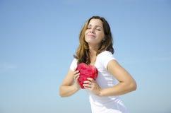 Chica joven hermosa con el corazón del amor de la tarjeta del día de San Valentín Fotos de archivo libres de regalías