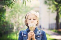 Chica joven hermosa con el diente de león Imagen de archivo libre de regalías