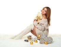 Chica joven hermosa con el juguete del oso de peluche - concepto romántico del día de fiesta Foto de archivo