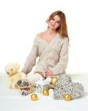 Chica joven hermosa con el juguete del oso de peluche - concepto romántico del día de fiesta Fotos de archivo libres de regalías