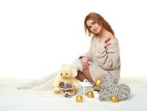 Chica joven hermosa con el juguete del oso de peluche - concepto romántico del día de fiesta Imagen de archivo