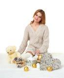Chica joven hermosa con el juguete del oso de peluche - concepto romántico del día de fiesta Fotografía de archivo
