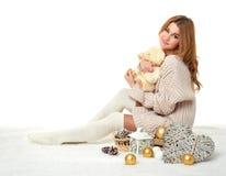 Chica joven hermosa con el juguete del oso de peluche - concepto romántico del día de fiesta Imagen de archivo libre de regalías