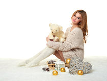 Chica joven hermosa con el juguete del oso de peluche - concepto romántico del día de fiesta Fotografía de archivo libre de regalías