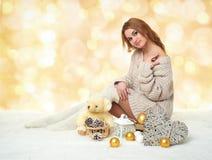 Chica joven hermosa con el juguete del oso de peluche en el fondo amarillo - concepto romántico del día de fiesta Imagen de archivo libre de regalías