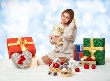 Chica joven hermosa con el oso de peluche y la caja de regalo Foto de archivo libre de regalías