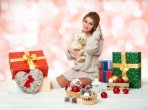 Chica joven hermosa con el oso de peluche y las cajas de regalo Fotografía de archivo