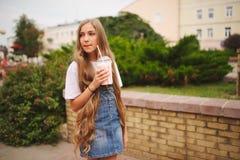 Chica joven hermosa con el pelo largo Imagenes de archivo
