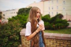 Chica joven hermosa con el pelo largo Fotografía de archivo libre de regalías