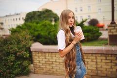 Chica joven hermosa con el pelo largo Fotografía de archivo