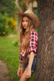 Chica joven hermosa con el pelo largo Foto de archivo