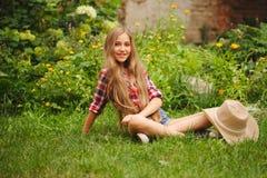Chica joven hermosa con el pelo largo Imágenes de archivo libres de regalías