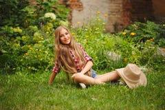 Chica joven hermosa con el pelo largo Imagen de archivo libre de regalías
