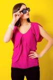 Chica joven hermosa con el pelo largo en una blusa púrpura Fotos de archivo libres de regalías