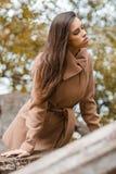 Chica joven hermosa con el pelo largo que camina en el parque Fotos de archivo