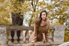 Chica joven hermosa con el pelo largo que camina en el parque Imágenes de archivo libres de regalías