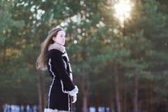 Chica joven hermosa con el pelo largo que se coloca en el bosque Fotografía de archivo