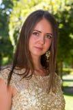 Chica joven hermosa con el pelo marrón foto de archivo