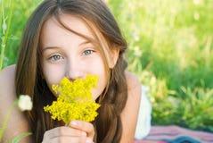 Chica joven hermosa con el pelo muy largo al aire libre Imagenes de archivo