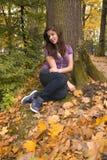 Chica joven hermosa con el pelo oscuro en el parque 3 fotos de archivo libres de regalías