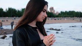 Chica joven hermosa con el pelo oscuro en la playa Luz de la puesta del sol C?mara lenta metrajes