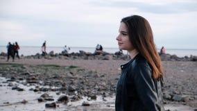 Chica joven hermosa con el pelo oscuro en la playa Luz de la puesta del sol C?mara lenta almacen de video