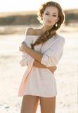 Chica joven hermosa con el pelo rizado Imagen de archivo libre de regalías