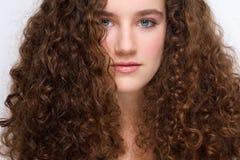 Chica joven hermosa con el pelo rizado Imagen de archivo