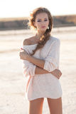 Chica joven hermosa con el pelo rizado Imagenes de archivo
