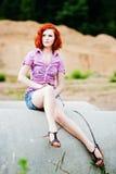 Chica joven hermosa con el pelo rojo Imagen de archivo libre de regalías
