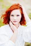 Chica joven hermosa con el pelo rojo Fotos de archivo libres de regalías