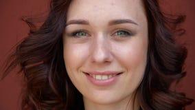 Chica joven hermosa con el pelo rojo que sonríe, riendo y haciendo una cara y mirando in camera almacen de metraje de vídeo