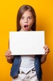 Chica joven hermosa con el tablero blanco Fotografía de archivo