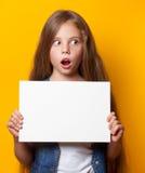 Chica joven hermosa con el tablero blanco Fotos de archivo