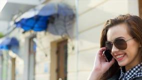 Chica joven hermosa con el teléfono metrajes