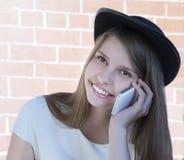 Chica joven hermosa con el teléfono Imágenes de archivo libres de regalías