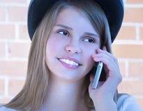 Chica joven hermosa con el teléfono Imagen de archivo