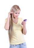 Chica joven hermosa con el teléfono celular aislado en w Foto de archivo libre de regalías